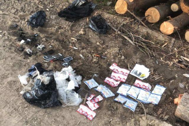 Запрещённые предметы нашли на прилегающей территории исправительного учреждения при досмотре пиловочного материала.
