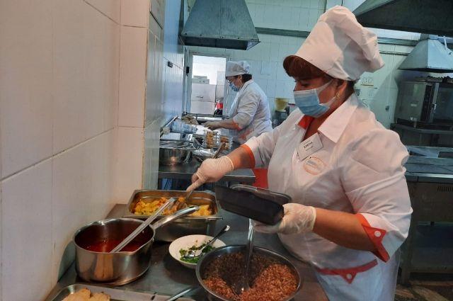 Каждому дежурному фельдшеру и водителю в столовых КрАЗа готовятся блюда для трехразового приема пищи.