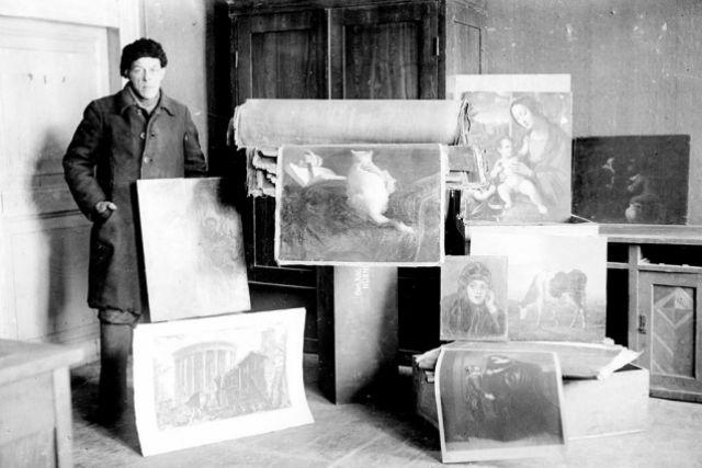 Сотрудник Калужского музея изобразительного искусства Маслов со спасенными картинами.