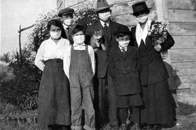 Семья и их кошка во время испанского гриппа 1918 года.