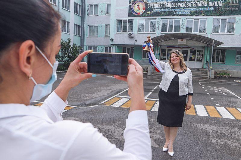 Директор пятигорской средней школы № 12 Анна Пономарева во время последнего звонка для выпускников школы, который проходит в режиме онлайн.