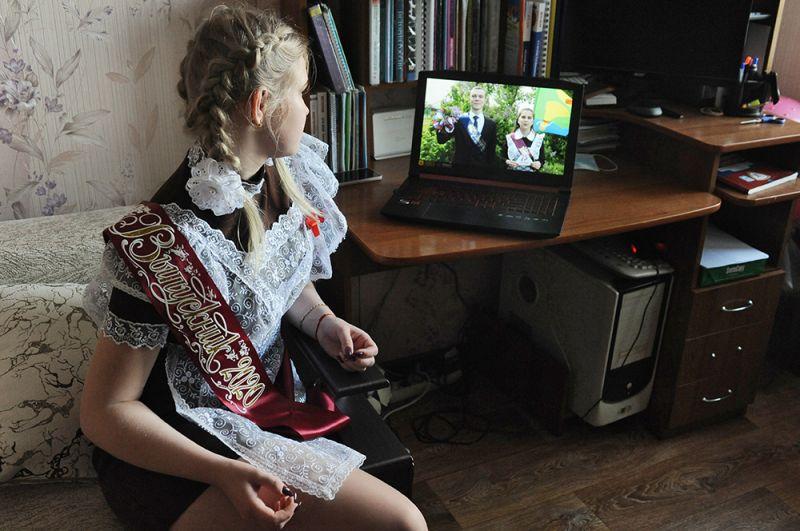 Выпускница 11 класса МАОУ СОШ №33 Яна Юрьева смотрит онлайн -трансляцию последнего звонка у себя дома в Тамбове.
