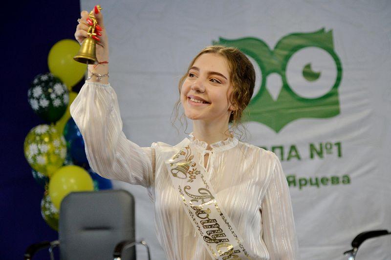 Ведущая школьной теле-студии дает последний звонок в сельской школе села Миасское Челябинской области.