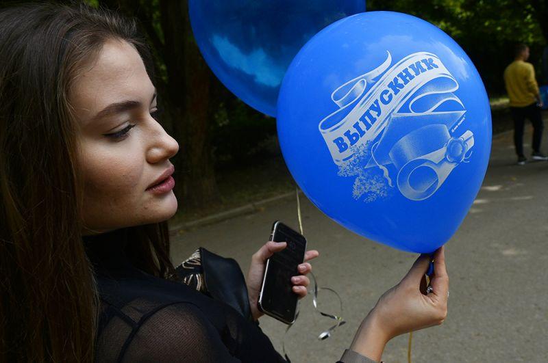 Выпускница средней школы гуляет после празднования последнего звонка в парке Гагарина в Симферополе.
