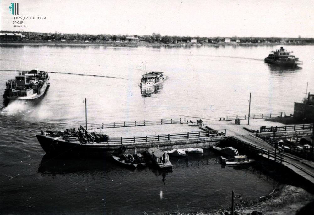 Общий вид речного трамвая у пристани, Пермь. 1950 год.