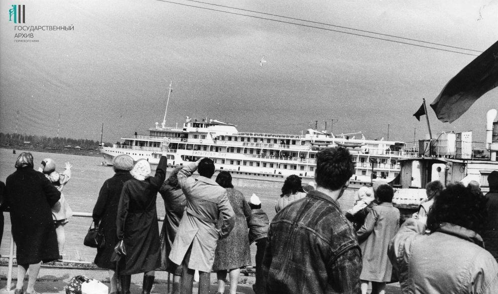 Пассажирский теплоход «Вильгельм Пик» Камского речного пароходства. Начало 1990-х.