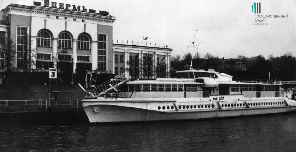 Общий вид теплохода «Ом-123» у Речного вокзала. 1980-е годы.