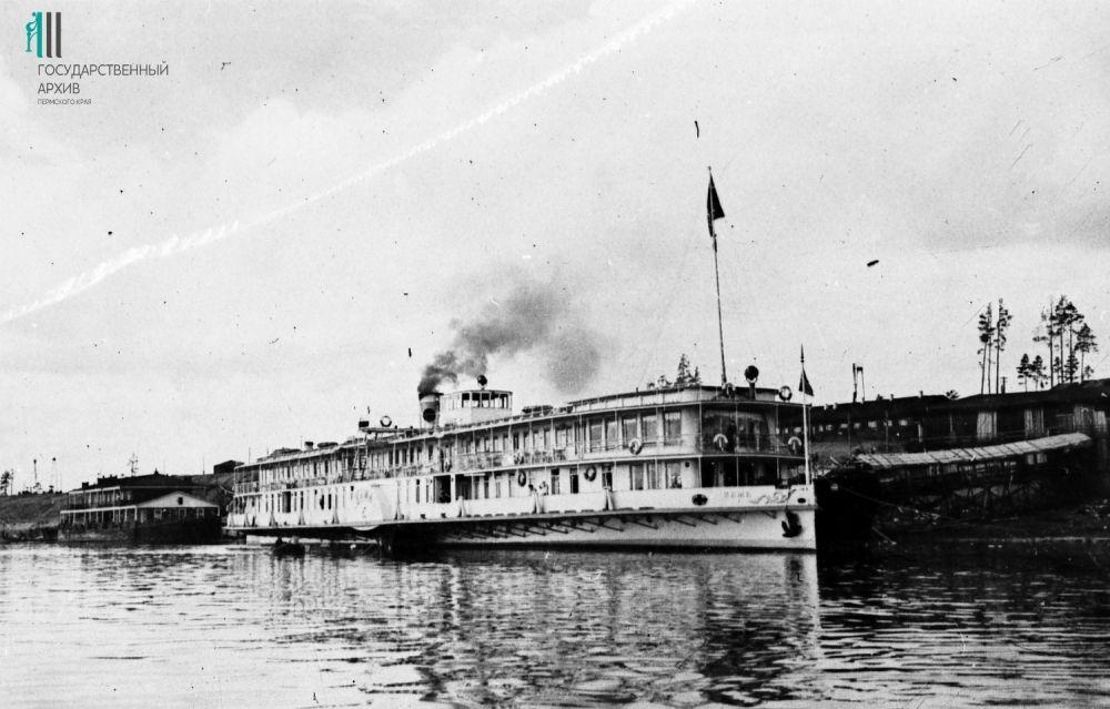 Пароход «Кама» старого типа Камского речного пароходства.