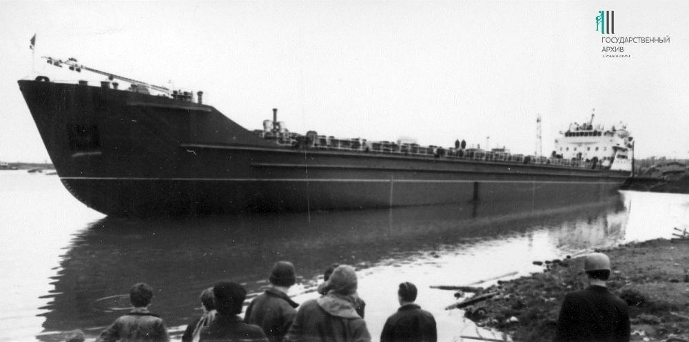 Морской нефтевоз у причальной стенки судозавода Кама. 1970 год.