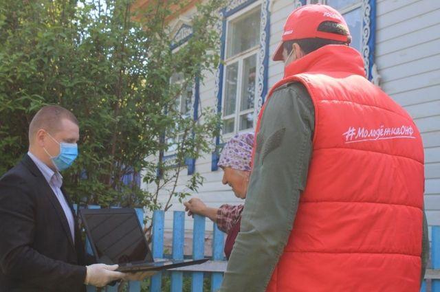 Волонтёры привезли медицинские маски и продукты Бурановским бабушкам