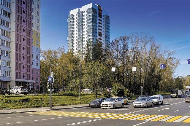 В городе продолжают благоустраивать общественные места и придомовые территории.