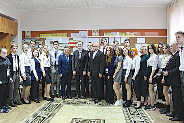 Губернатор Игорь Артамонов положительно оценил подход к образованию студентов в колледже, направленный на всестороннее развитие детей.