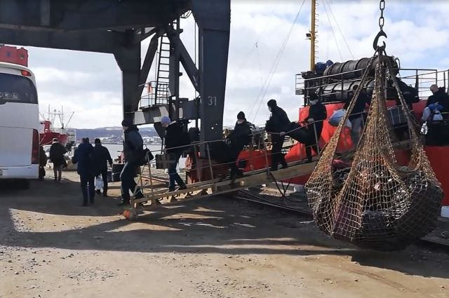 Экипаж «Выборгского» трое суток продержали на борту, а когда было принято решение о том, что их можно везти в обсерватор, почти 12 часов люди провели в автобусе.