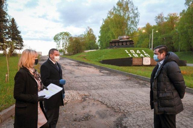 Мемориал «Танк Т-34» Алексей Островский (справа) поручил обновить ко Дню освобождения Смоленщины.