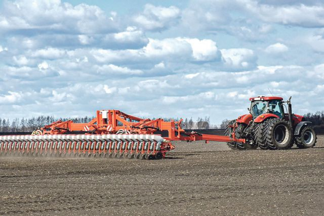 Работа на полях и фермах, в цехах перерабатывающих предприятий и сегодня не прекращается ни на день.