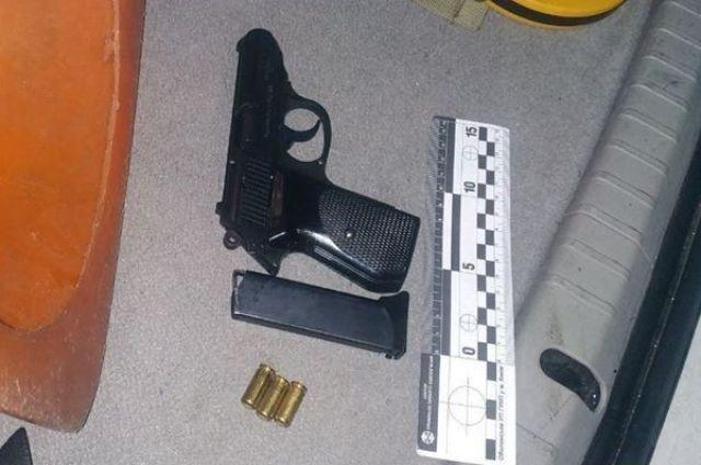 В Киеве пьяный мужчина угрожал пассажирам маршрутки пистолетом