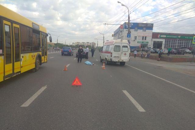 В Ижевске перебегающая дорогу женщина погибла под колесами иномарки