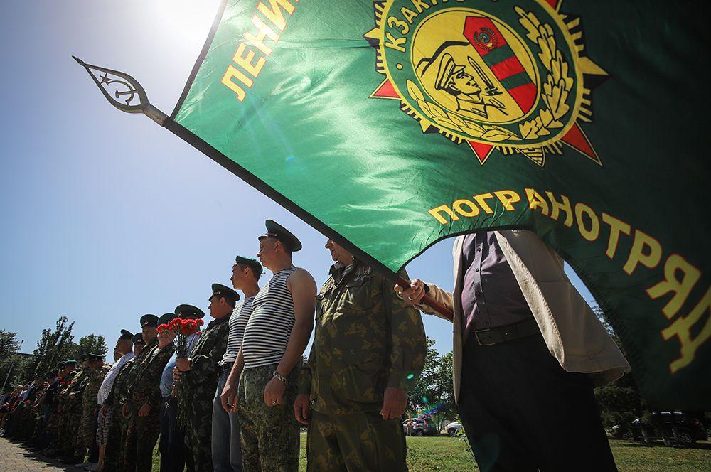 Ветераны пограничных войск у памятника пограничникам в Минеральных Водах.