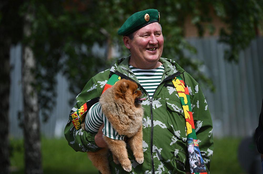 Пограничник в запасе со своей собакой во время празднования Дня пограничных войск возле сквера 40-летия Победы в Новосибирске.
