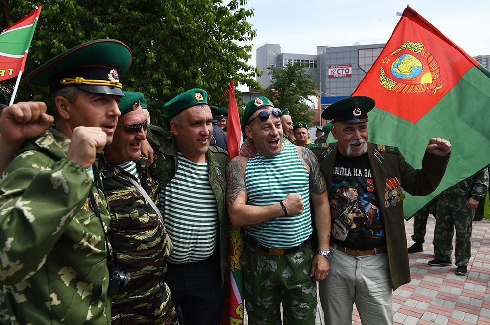 Пограничники в запасе празднуют День пограничных войск в сквере 40-летия Победы у памятника воинам-пограничникам в Новосибирске.
