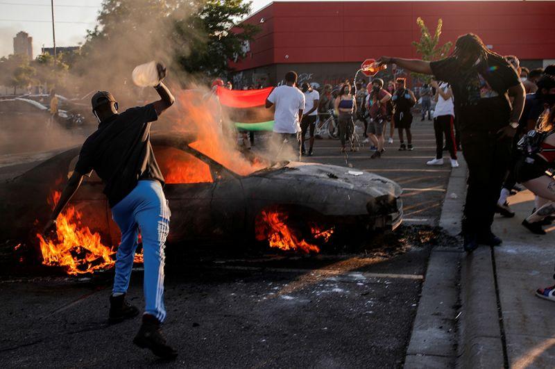 Протестующие подожгли машину на стоянке магазина Target.