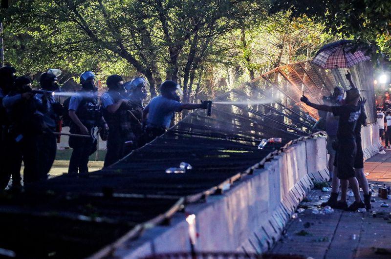 Когда полицейские попытались рассеять толпу светошумовыми гранатами и слезоточивым газом, люди ворвались в здание и подожгли его.