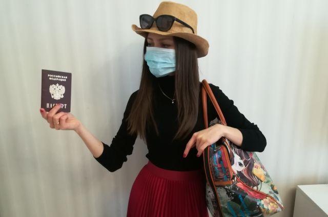 Путешественники шутят, что загар теперь будет со следами от маски.