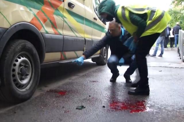 Криминалисты работали на месте преступления, на асфальте следы крови.
