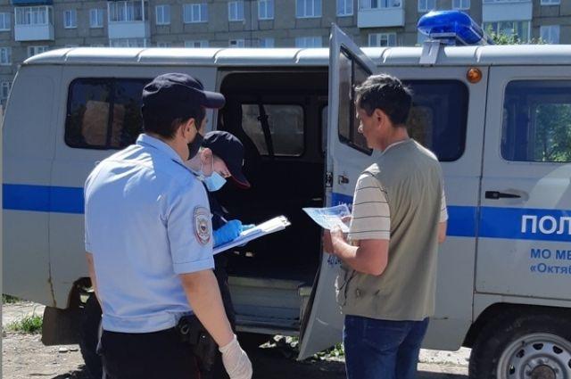 Полицейские провели беседы с жителями района, напомнили о необходимости соблюдения безопасной дистанции и применении средств индивидуальной  защиты.