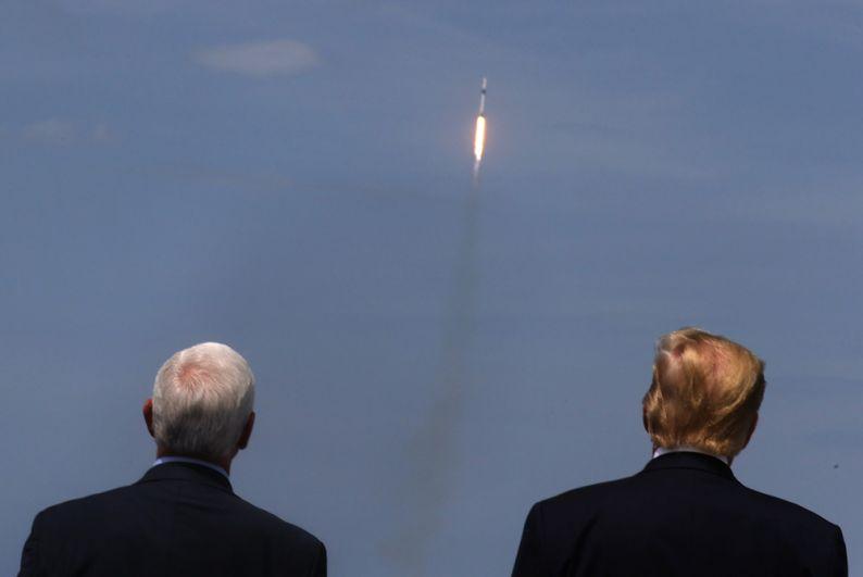 Президент США Дональд Трамп и вице-президент США Майкл Пенс (слева) наблюдают за стартом.
