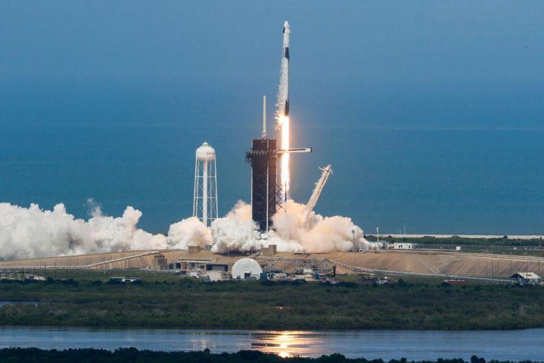 Старт ракеты-носителя Falcon 9 с космическим кораблем Crew Dragon.