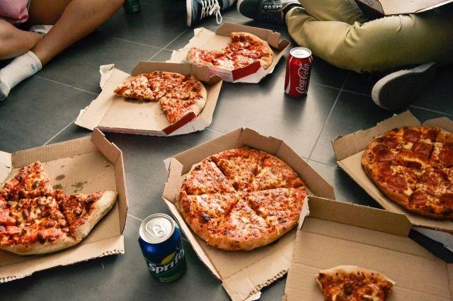 Школьники готовы есть пиццу на завтрак, обед и ужин, но пользы от такой еды никакой.