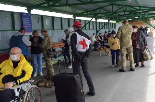 КПВВ на карантине: людей, которые «застряли» у Станицы Луганской пропустили