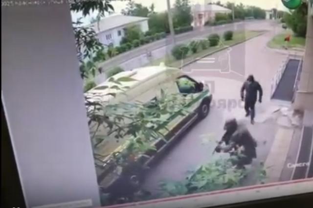 Банк пообещал награду в миллион рублей за информацию о грабителях.