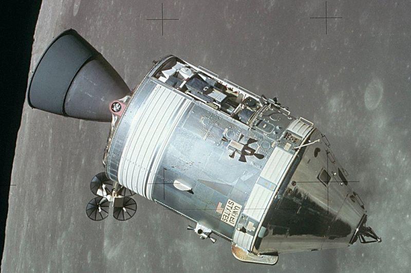 «Аполлон». Программа «Аполлон» была задумана в начале 1960 года как продолжение программы «Меркурий». Новый корабль должен был быть способен вывести трех астронавтов на траекторию к Луне и совершить посадку на ней. Миссия была осуществлена 20 июля 1969 года в ходе полета «Аполлона-11», завершившегося высадкой Нила Армстронга и Базза Олдрина на Луну. На фото: служебный модуль миссии «Аполлон-15», вид с лунного модуля после отстыковки.
