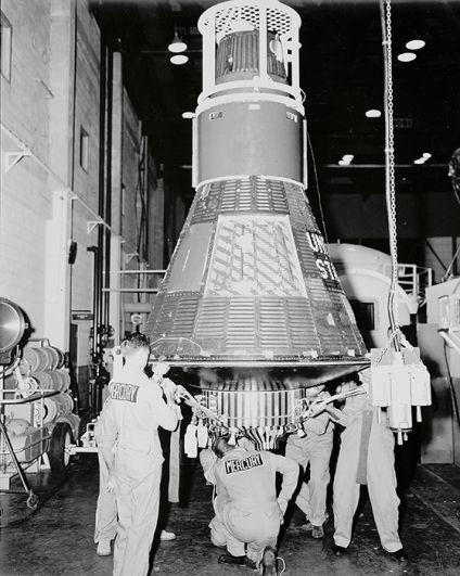 «Меркурий». Первая пилотируемая космическая программа США. Из-за малой грузоподъемности ракет-носителей «Редстоун» и «Атлас» масса и габариты кабины пилотируемой капсулы «Меркурий» были ограничены и существенно уступали в техническом плане советским кораблям «Восток». 5 мая 1961 года на «Меркурии» в космос вышел первый астронавт США Алан Шепард. На фото: капсула «Меркурий» в ангаре.