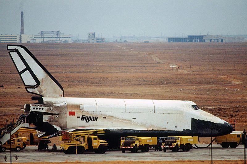 «Буран». В СССР многоразовой многоцелевой космической системой с характеристиками, аналогичными шаттлу, стала «Энергия — Буран». Первый и единственный космический полет «Буран» совершил 15 ноября 1988 года в автоматическом режиме и без экипажа на борту. Несмотря на то, что «Буран» был рассчитан на 100 полетов в космос, больше его не запускали. На фото: корабль «Буран», выполнив двухвитковый полет по орбите вокруг Земли, приземлился на посадочную полосу космодрома Байконур.