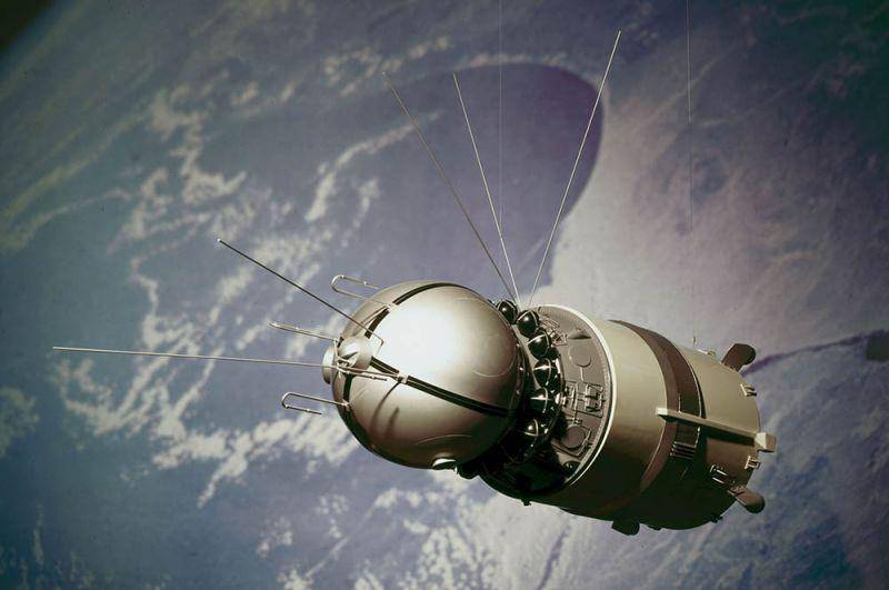 «Восток». Первым пилотируемым космическим кораблем стал советский «Восток-1», на котором совершил полет Юрий Гагарин. Также на кораблях этой серии осуществлены первые в мире суточный полет, групповые полеты двух кораблей и полет женщины-космонавта. Несмотря на завершение основной программы в 1964 году, модификации базовой конструкции «Востоков» продолжали использоваться и дальше. Они стали основой советских и российских спутников, предназначенных для военной разведки, картографии, изучения земных ресурсов и биологических исследований.
