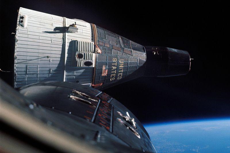 «Джемини». Космические корабли серии «Джемини» продолжили серию кораблей «Меркурий». Они превосходили предшественника по возможностям (2 члена экипажа, большее время автономного полета, возможность маневрирования на орбите. Всего было произведено 12 успешных запусков. На фото: космический корабль Gemini 7 в полете, снятый с борта Gemini 6.