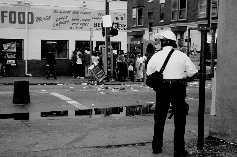 Цинцинати, 2001 год. Волнения начались 7 апреля, после того, как был убит 19-летний правонарушитель Тимоти Томас, который пытался скрыться от полиции. В центре города был подожжен рынок, протестующие громили магазины и офисы. Полицейские заняли оборону в здании городской администрации, применяя слезоточивый газ и пластиковые пули. 12 апреля в городе было объявлено ЧП и введен комендантский час. В результате беспорядков пострадали более 60 человек.