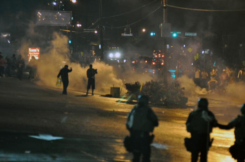 Фергюсон, 2014 год. Демонстрации начались 9 августа после того, как афроамериканец Майкл Браун был застрелен во время попытки ареста. Ситуация на улицах города улучшилась через несколько дней, но вновь обострилась в ноябре, когда суд присяжных отказался предъявлять обвинение полицейскому за отсутствием состава преступления.