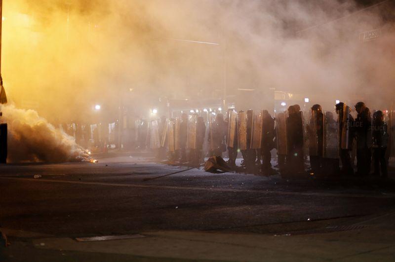 Балтимор, 2015 год. Беспорядки начались 25 апреля. Причиной стала смерть 26-летнего афроамериканца Фредди Грея, скончавшегося от травм после ареста полицией. Для наведения порядка в Балтимор были направлены подразделения Национальной гвардии США. Пострадали около 100 полицейских, были арестовано более 200 человек.