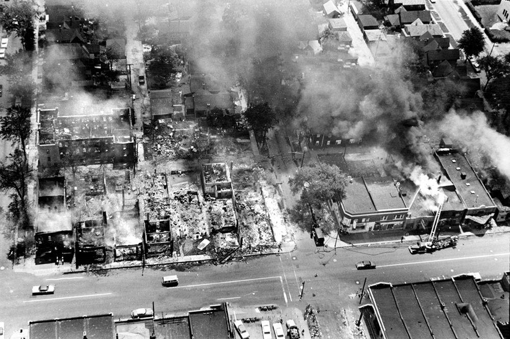 Детройт, 1967 год. 23 июля полиция совершила рейд на нелегальный бар. Столкновение с посетителями и уличными зеваками переросло в грабежи и погромы, продолжавшиеся пять дней. Для подавления президент Линдон Джонсон разрешил использовать федеральные войска. В течение пяти дней погибли 43 человека, более 2,5 тысяч магазинов были разграблены или сожжены, более 400 домов разрушены.