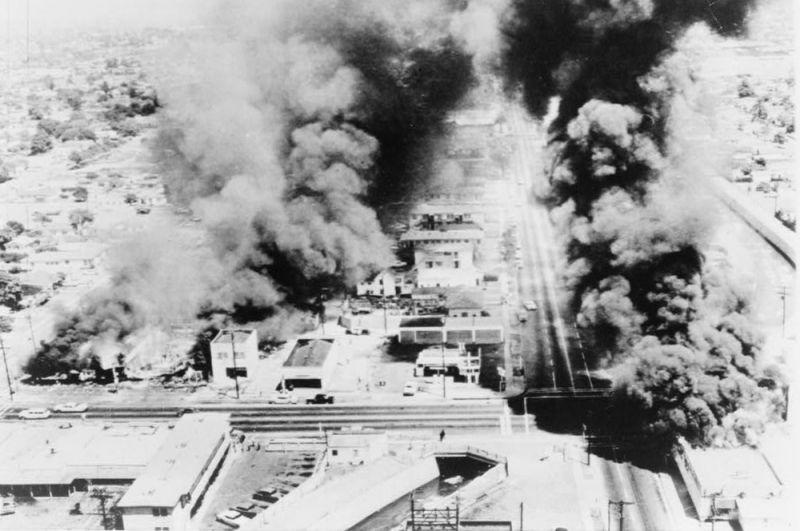 Уоттс, 1965 год. Беспорядки в районе Лос-Анджелеса Уоттс начались 11 августа, когда полицейские задержали молодого афроамериканца Маркета Фрая и членов его семьи, которые попытались вмешаться. В следующие дни происходили многочисленные стычки с полицией, нападения на белых водителей, поджоги и грабежи магазинов. В результате шестидневных беспорядков погибли 34 человека, более тысячи получили ранения и около тысячи домов были уничтожены или повреждены.