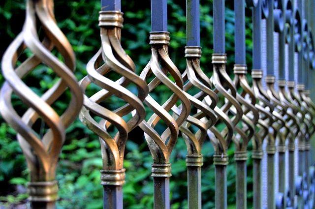 Воротами с больницы мужчина решил украсить свою ограду.