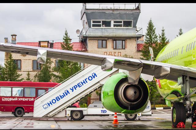 В аэропорту Нового Уренгоя рейсы обслуживают в главном аэровокзале