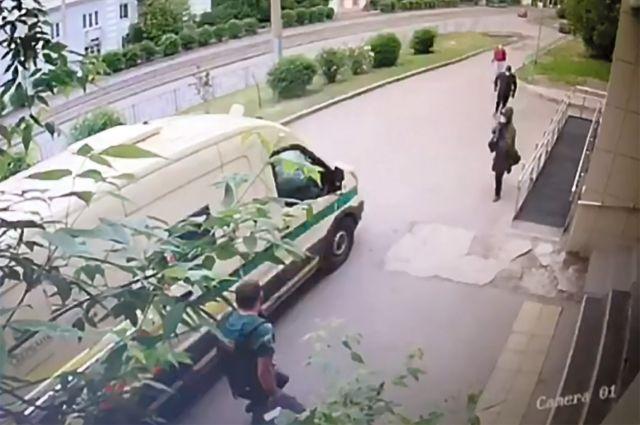 Камеры наблюдения зафиксировали момент нападения.