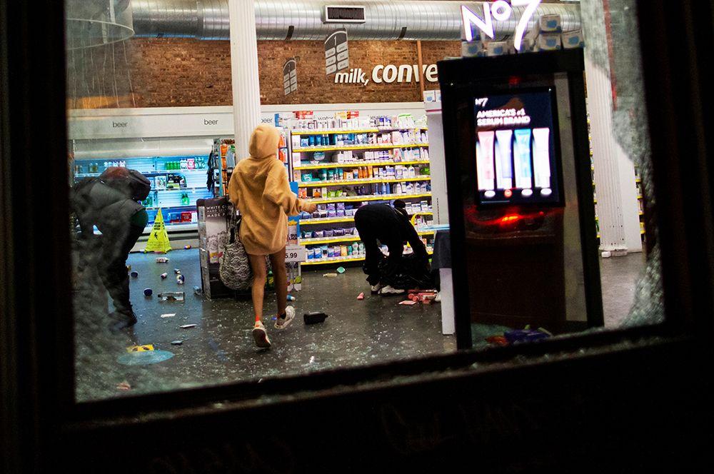Люди грабят продуктовый магазин в Нью-Йорке.