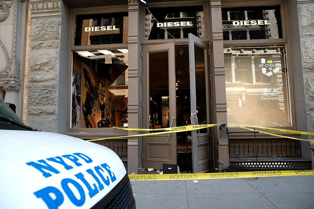 Разграбленный магазин Diesel на Манхэттене в Нью-Йорке.
