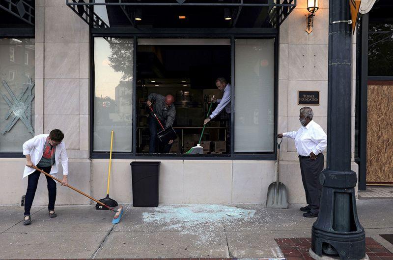 Разбитые витрины в Атланте, Джорджия.